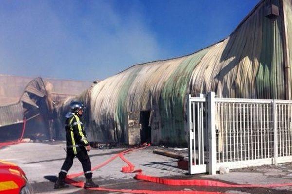 Image spectaculaire de l'un des trois bâtiments ravagé par les flammes à Milhaud