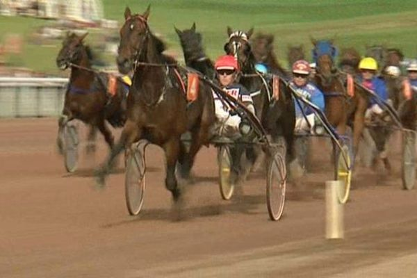 Le gagnant du Championnat d'Europe de trot est Robert Bi cheval italien (numéro 4), casaque rouge et noire.