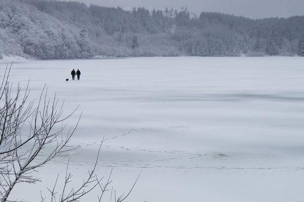 Vendredi 2 février 2018, veille de l'ouverture de la pêche blanche, les promeneurs ont déjà investi la glace du lac de Guéry