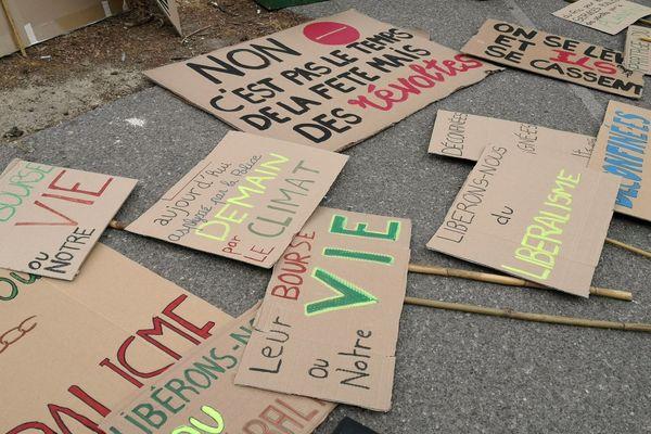 """Le collectif """"Plus jamais ça"""" appelait à manifester avec un défilé et à se réapproprier la date du 14 juillet pour célébrer tous les métiers, toutes les communautés"""
