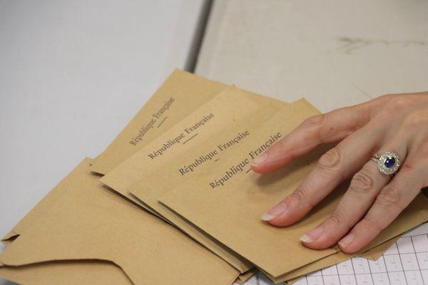 Des bulletins de vote lors des élections municipales de 2020 à Croix (Nord).