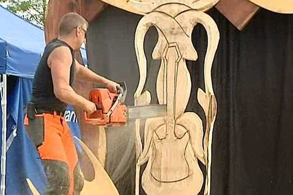 Une démonstration de sculpture à la tronçonneuse organisée au Salon Univerbois, à la ferme du Marault, à Magny-Cours, samedi 4 octobre 2014.