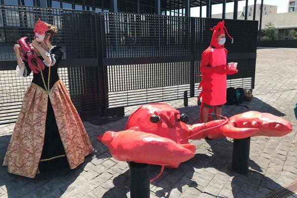 Pendant que l'enfarineuse de François de Rugy comparaissait devant le tribunal correctionnel, deux personnes déguisées faisaient référence non loin de là à l'affaire du homard.