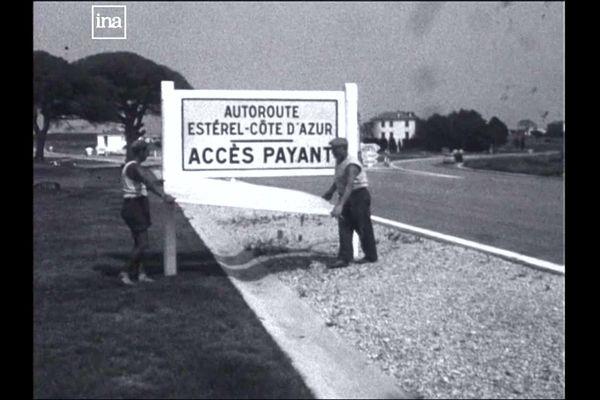 Les ouvriers installent un panneau à l'entrée de l'autoroute Estérel-Côte d'Azur en 1961.