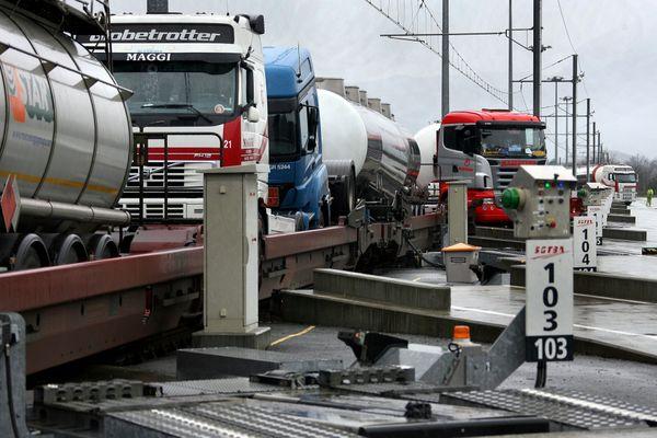 Plateforme de ferroutage de Bourneuf Aiton. Le chargement des remorques sur les wagons de l'autoroute ferroviaire pour aller en Italie.
