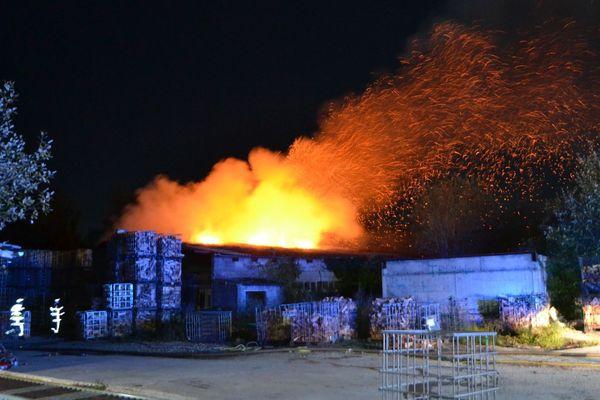 A Wittelsheim, la moitié du hangar est partie en fumée.
