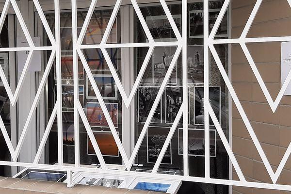 Olivier Cosson profite de son balcon en rez-de-chaussée pour montrer son travail, malgré le confinement. Les photos devaient être exposées à Rouen et Sassetot-le-Mauconduit en mai.