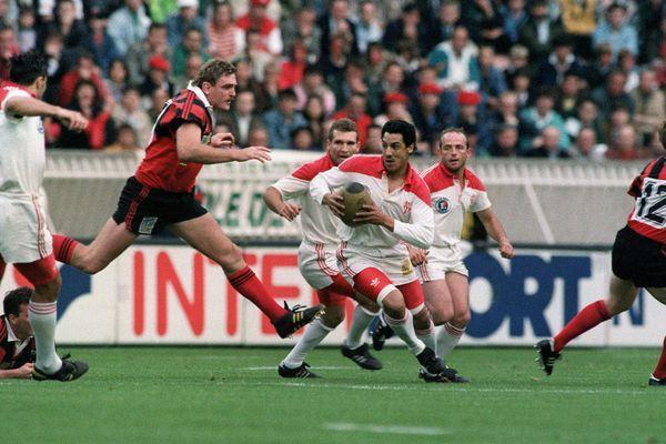 L'emblématique Eric Melville, face à Serge Blanc, lors de la finale du championnat de France de rugby, au Parc des princes à Paris en Juin 1992.