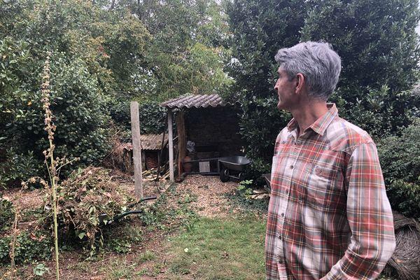 Maxime Miossec dans son jardin. Il fait face à la parcelle achetée par Seixo Habitat.