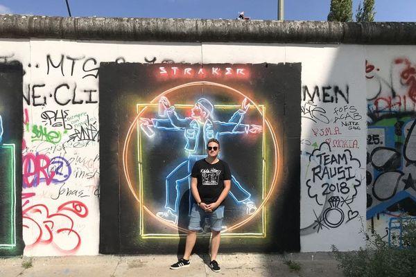 Jules Gouillon devant le mur de Berlin.