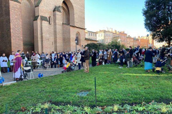 Des catholiques ont entendu l'appel de Civitas de participer à une messe en plein devant la cathédrale Saint Etienne de Toulouse.