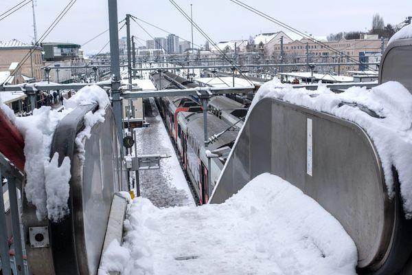 La gare de Pontoise, dans le Val-d'Oie, sous la neige, le 7 février 2018.
