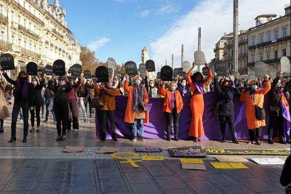 Sur la place de la Comédie, une centaine de personnes étaient réunies ce samedi.