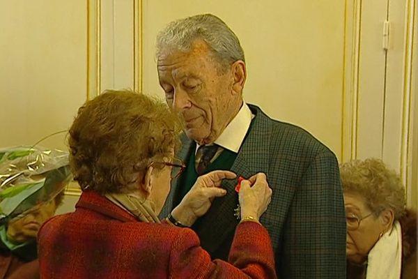 En avril 2001, Thérèse Menot remettait pourtant la légion d'honneur à Camille Reix.