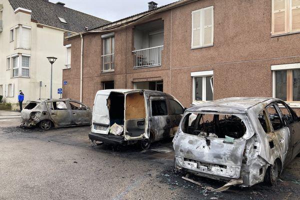 Les voitures brûlées ce mercredi 3 février à Fismes.