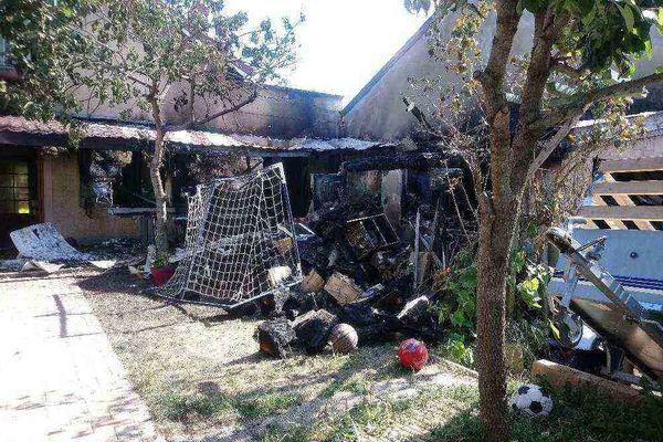 À droite, le mur des voisines, mitoyen du garage qui a pris entièrement feu. A gauche, la maison où l'incendie a commencé à se propager.