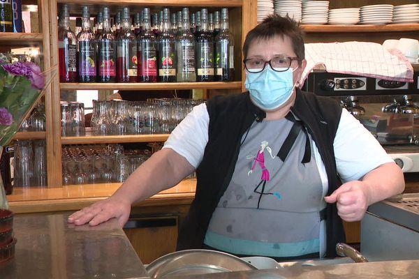 """Nathalie Pillard est depuis 17 ans, la propriétaire d'un bar-restaurant à Valserhône, dans l'Ain. Pour elle """"le confinement c'est pour tout le monde ou pour personne""""."""
