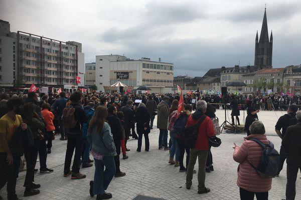Limoges : plusieurs centaines de personnes au rassemblement scénographié du 1er mai place de la République