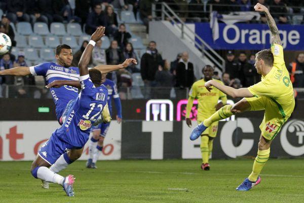 À la 78e, Emiliano Sala entame la remontée au score de Nantes.