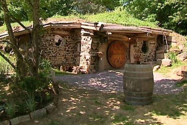 Vous souhaitez passer une nuit dans une maison de Hobbits ? C'est possible non loin de Saulieu près du lac de Chamboux dans le Morvan.