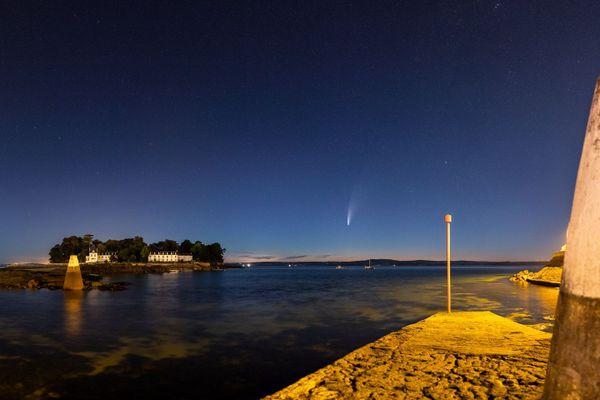 A Douarnenez, la comète Neowise plonge derrière l'île Tristan