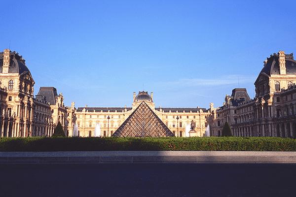 Le Musée du Louvre sous le soleil.