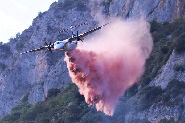 Un bombardier d'eau en action, hier soir, dans le massif du Quié en Ariège