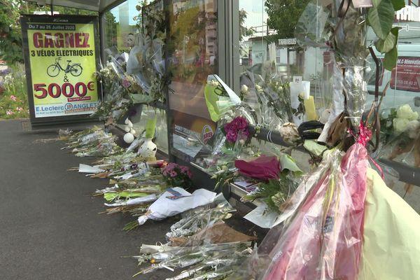 Des dizaines de bouquets de fleurs déposés à l'arrêt Balichon, lieu de l'agression.