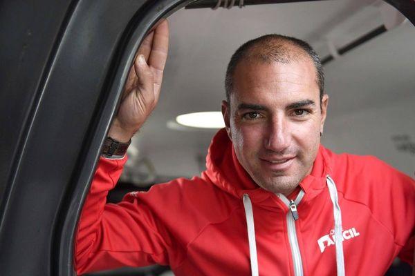 Damien Seguin à bord de son Imoca Apicil, au départ de la route du Rhum