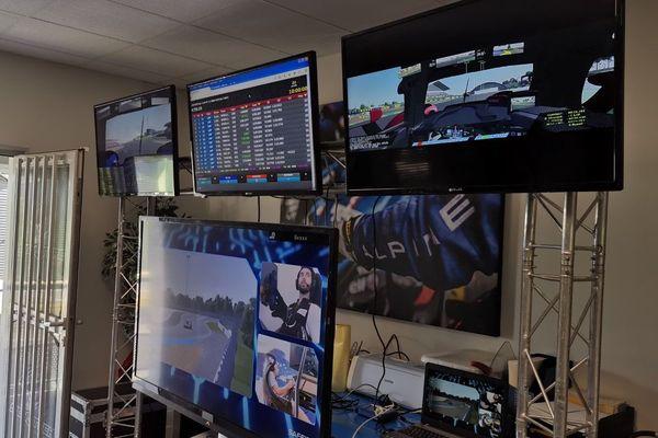 Sur les écrans, l'équipe berruyère suit les performances de ses poulains lors de ces 24h du Mans virtuelles.