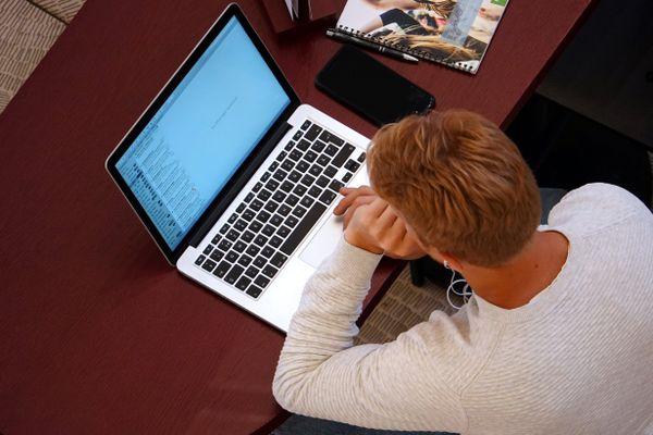 Etudiant et son ordinateur, souvent l'unique lien en distanciel.