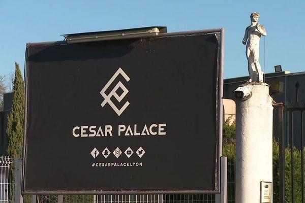 La discothèque César Palace est située à Grenay, en Nord-Isère.