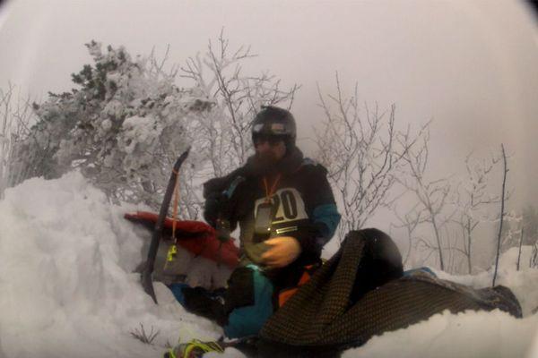 Le snowkiter s'était creusé un trou samedi 26 janvier pour se protéger du froid pendant la nuit. Avec sa caméra, il a pu faire quelques images de son abri.
