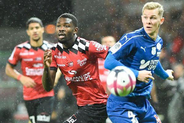 L'attaquant de Guingamp Larcus Thuram opposé au défenseur d'Amiens Emil Krafth lors du match de Ligue 1 entre Guingamp et Amiens au stade du Roudorou à Guingamp - 8/12/2018
