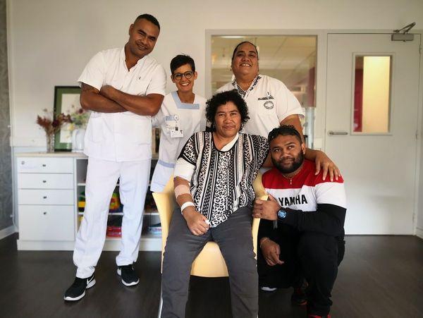 Manuele Folautanoa, Nadia Leboulanger et Koleti Maituku, infirmiers autour de leur patiente Sofia, accompagnée de son fils Tony. Habitante de Futuna, Sofia, atteinte d'un cancer bénéficie de soins à Rennes.