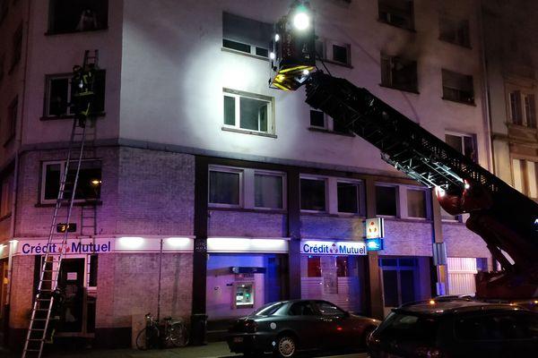 Les pompiers ont utilisé des échelles pour venir au secours des personnes piégées dans l'immeuble.