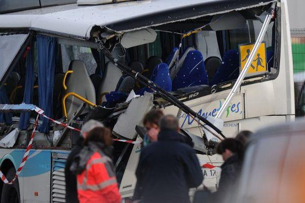 Le bus a été tailladé par la ridelle du camion au niveau des vitres à l'arrière du bus.