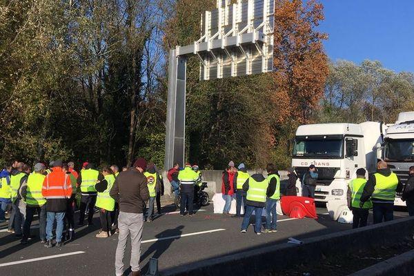 Des centaines de camions sont bloqués sur la RN10 au nord et au sud d'Angoulême.
