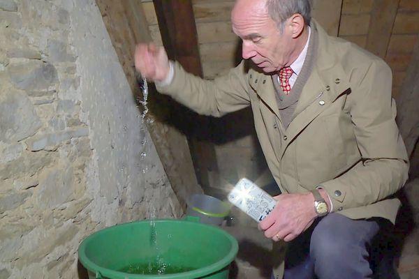 Henry de la Tour du Pin se désespère : des litres d'eau passent à chaque pluie à travers les toitures du château