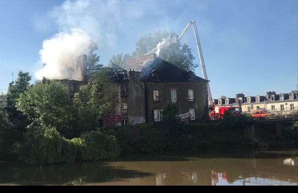 Les pompiers de Redon ont reçu le renfort d'une nacelle venu de Saint-Nazaire (Loire-Atlantique)