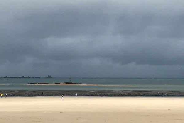 Ciel d'orage sur la plage de l'écluse à Dinard (35)