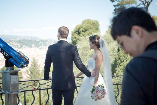 Une séance de photos de mariage au château de Nice, le 29 avril 2017.
