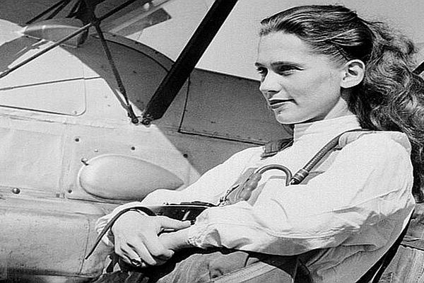 Photo datée du 25 août 1955 le jour où la jeune parachutiste française Odette Rousseau a battu le record de chute libre détenu par la soviétique Soultanova.