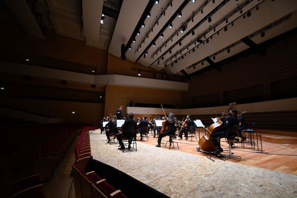 Les musiciens de l'Orchestre National de Lille jouent masqués.