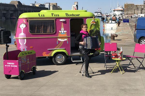 Pascala et la roulotte des Fées Bonheur entament une tournée d'été en plein air après un trop long confinement qui les a éloignées du public et des salles de spectacle.