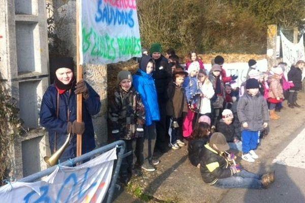 Les manifestants ont filtré la circulation ce matin devant l'école d'Adriers (86)