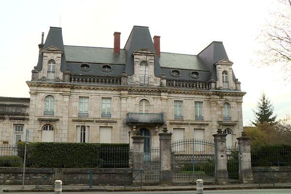 L'ancienne sous-préfecture de Nérac comporte 20 pièces et un parc de près de 2000 m2 en bordure de Baïse