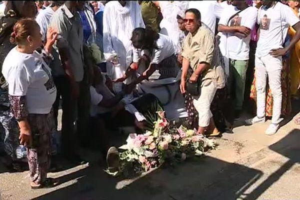 Une gerbe a été déposée à l'endroit même où le jeune homme a perdu la vie.