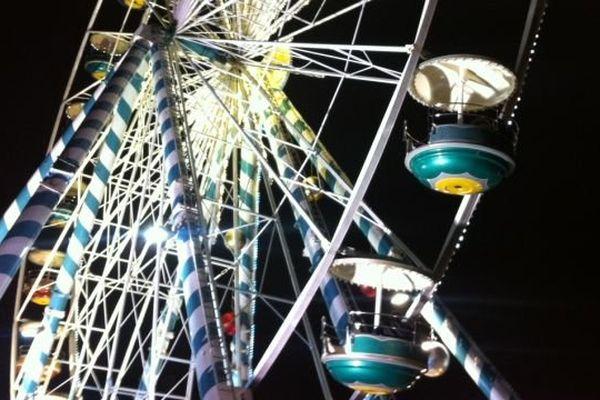La grande roue illuminée place de la République à Dijon