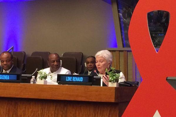 La chanteuse et actrice Line Renaud photographiée pendant de sa prise de parole à l'ONU.